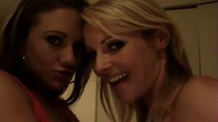 Deux lesbiennes font leurs shows devant une caméra.