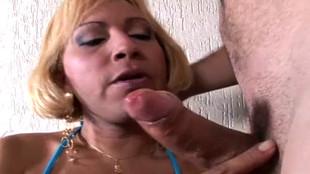 Isabele, un joli transsexuel se fait vigoureusement enculer