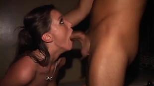 Tori Black, qui baise avec un veinard lors d'une soirée