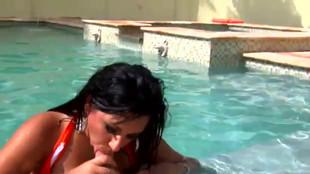 Kimberly Belle sautée par un gus dans une piscine