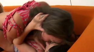 Taylor Vixen et deux lesbiennes s'explorent les orifices