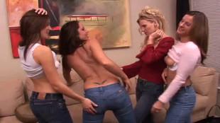 Partouze lesbienne hot dans le salon de Nicky