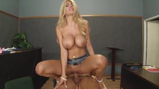La blonde Kayla Kayden sautée dans la salle de cours