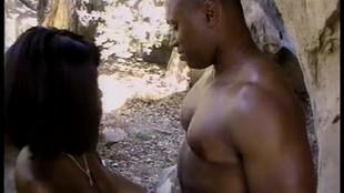 Un couple de black en randonner s'offre un moment de plaisir hard dans la foret