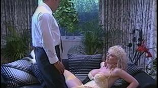 Vielle pute blonde suce la bite de son mari avant de l'encaisser