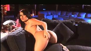 Eva est une porno star gourmande mouillant rudement sur une grosse bite
